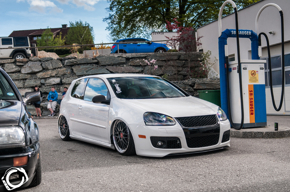 vw-golf-mk5-white-black-rims