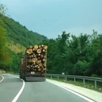 Crazy truck driver on the road (VIDEO)